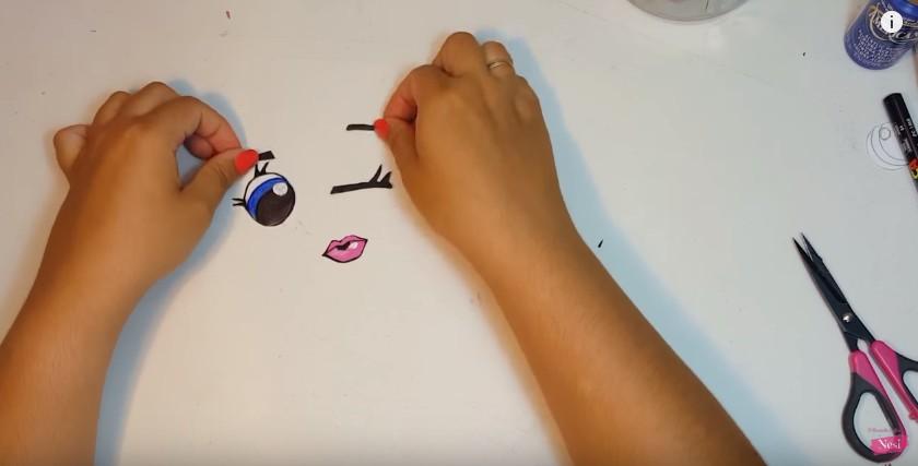 Organizador de maquillaje con forma de labial 15
