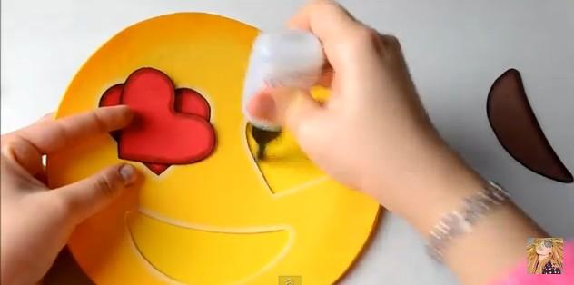 bolso-de-goma-eva-con-diseno-de-emojis-10