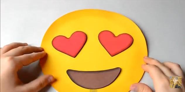 bolso-de-goma-eva-con-diseno-de-emojis-7