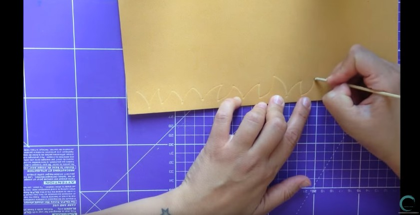Como hacer cabeza y cabello corto de fofuchas en goma eva 4