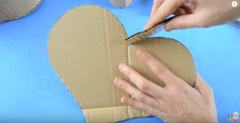 Organizador de goma eva con forma de corazon para San Valentin 11