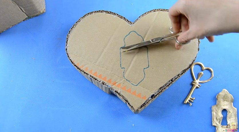 Organizador de goma eva con forma de corazon para San Valentin 13