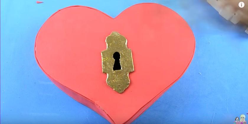 Organizador de goma eva con forma de corazon para San Valentin 16