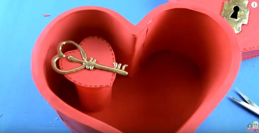 Organizador de goma eva con forma de corazon para San Valentin 21