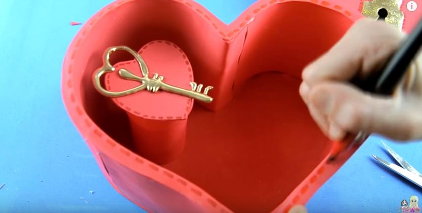 Organizador de goma eva con forma de corazon para San Valentin 22