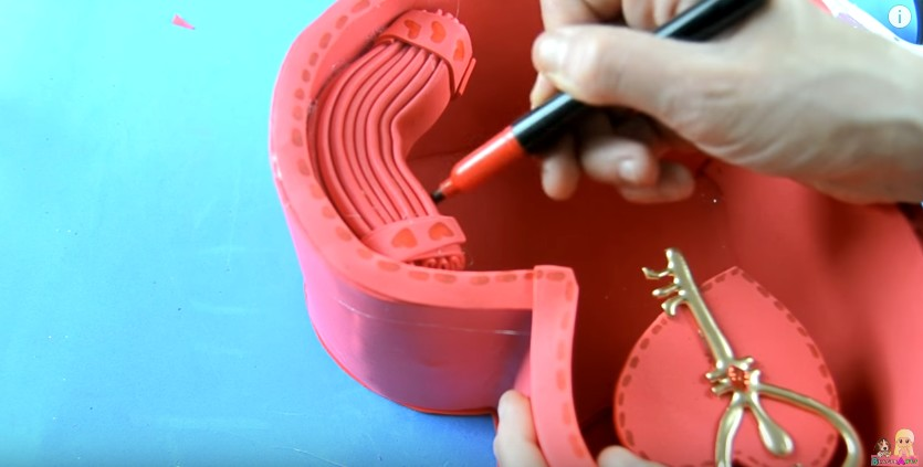 Organizador de goma eva con forma de corazon para San Valentin 25