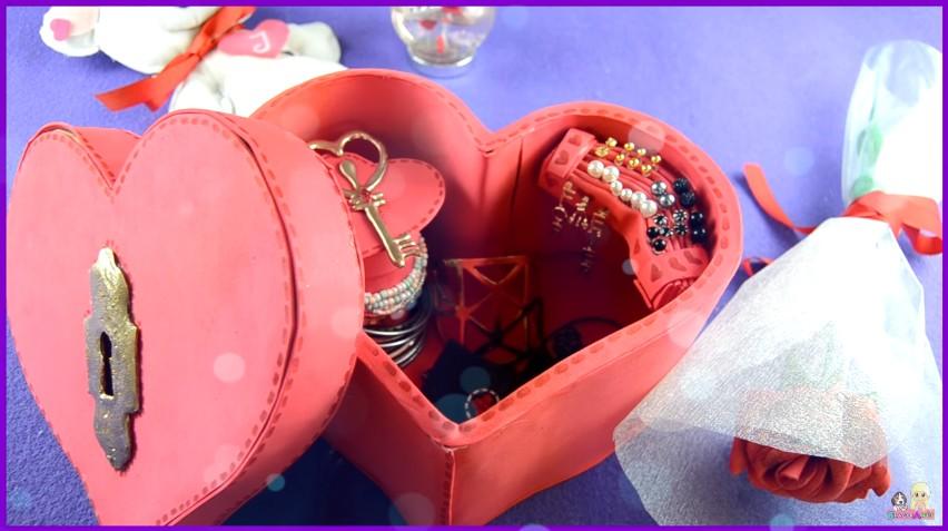 Organizador de goma eva con forma de corazón para San Valentín