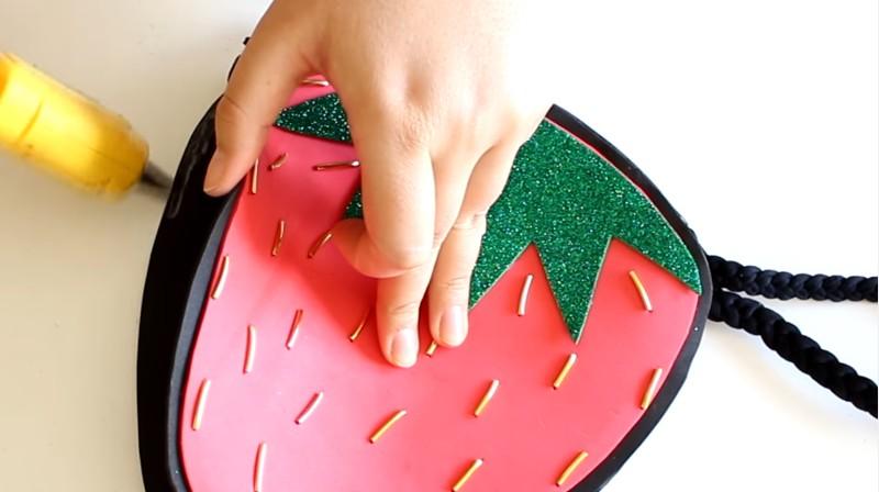 Bolso de fresa en goma eva 12
