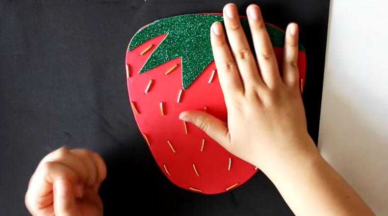 Bolso de fresa en goma eva 6