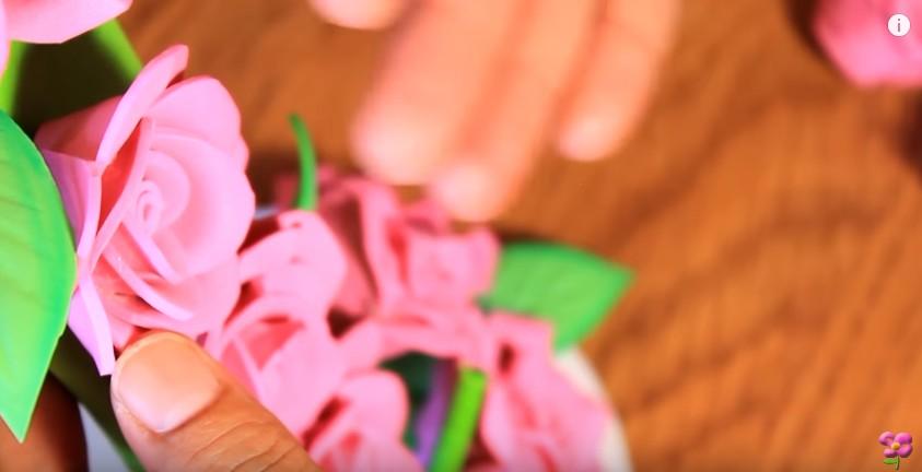 Centro de mesa con cascada de flores de goma eva 10