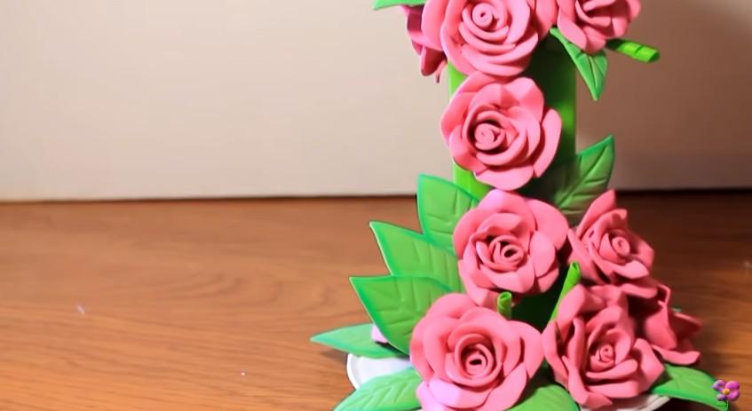 Centro de mesa con cascada de flores de goma eva 11