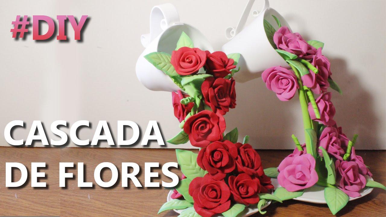 Centro de mesa con cascada de flores de goma eva